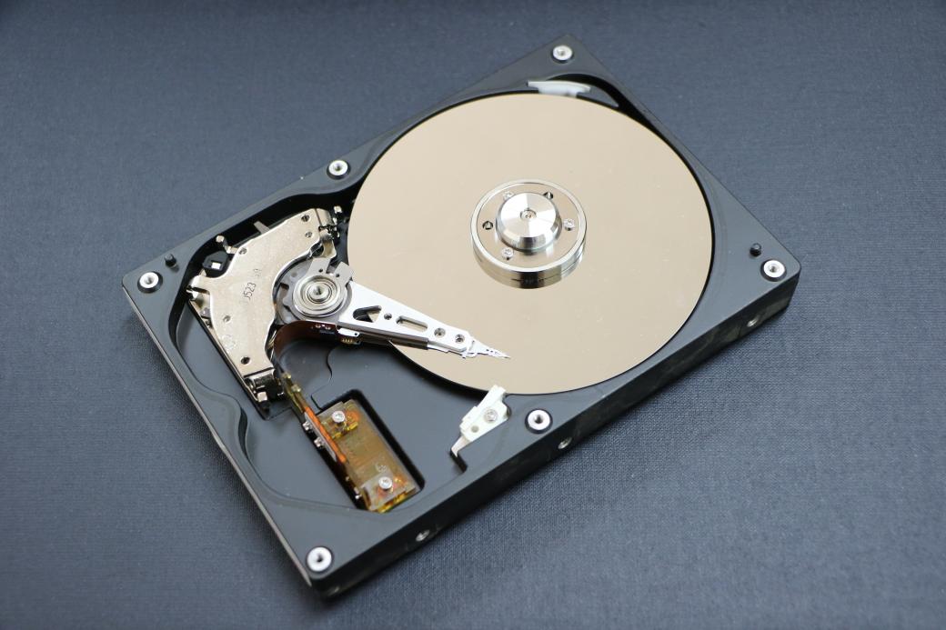 傳統硬碟內部構造。圖片來源:pxhere。
