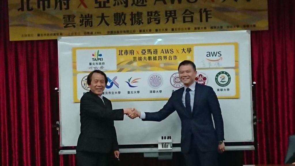 臺北市林欽榮副市長(左)與亞馬遜 AWS王定愷Managing Director, Hong Kong and Taiwan出席合作啟動記者會。