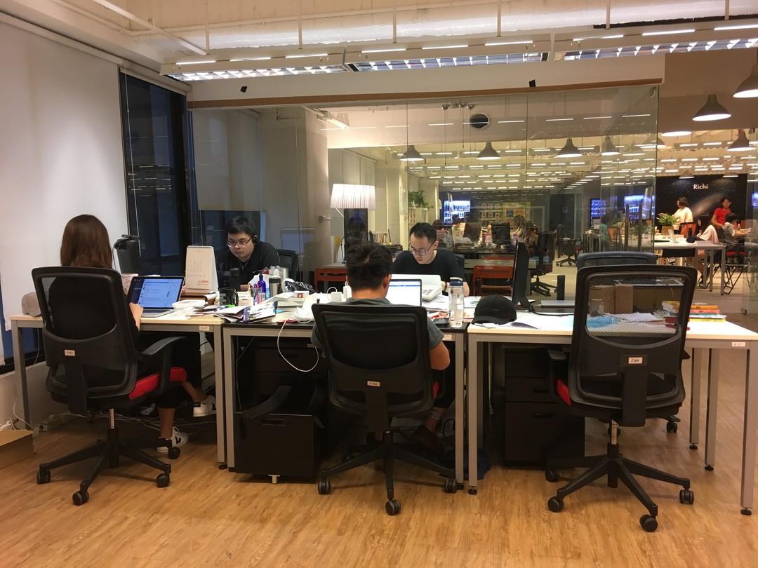 這是從實習生座位看過去的 TO 辦公室。