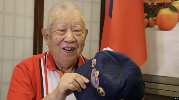 """91歲高齡的國軍退役老兵劉發貴1949年10月參加了""""古寧頭戰役""""。那是中共建政後,國軍在中國大陸戰場節節敗退的情況下取得的首場胜利。(美國之音林楓拍攝)"""