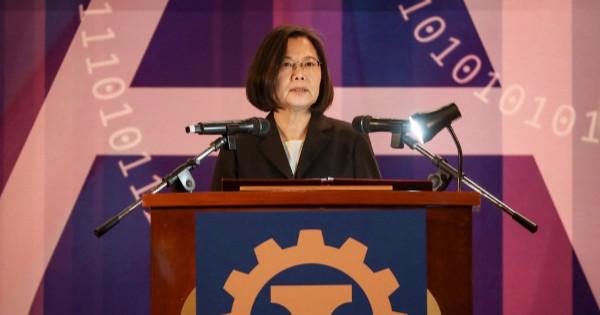 總統蔡英文今天表示,台灣不僅是貿易戰的贏家,更要進一步成為亞洲高階製造中心,並訂出建立產業聚落、強化5G與AI應用、打造綠色供應鏈三大方向,拉開經濟奇蹟2.0序幕。