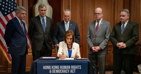 美國眾議院議長裴洛西(前)21日在跨黨派議員見證下,將「香港人權與民主法案」送出國會並遞交川普總統簽署。圖片取自twitter/SpeakerPelosi