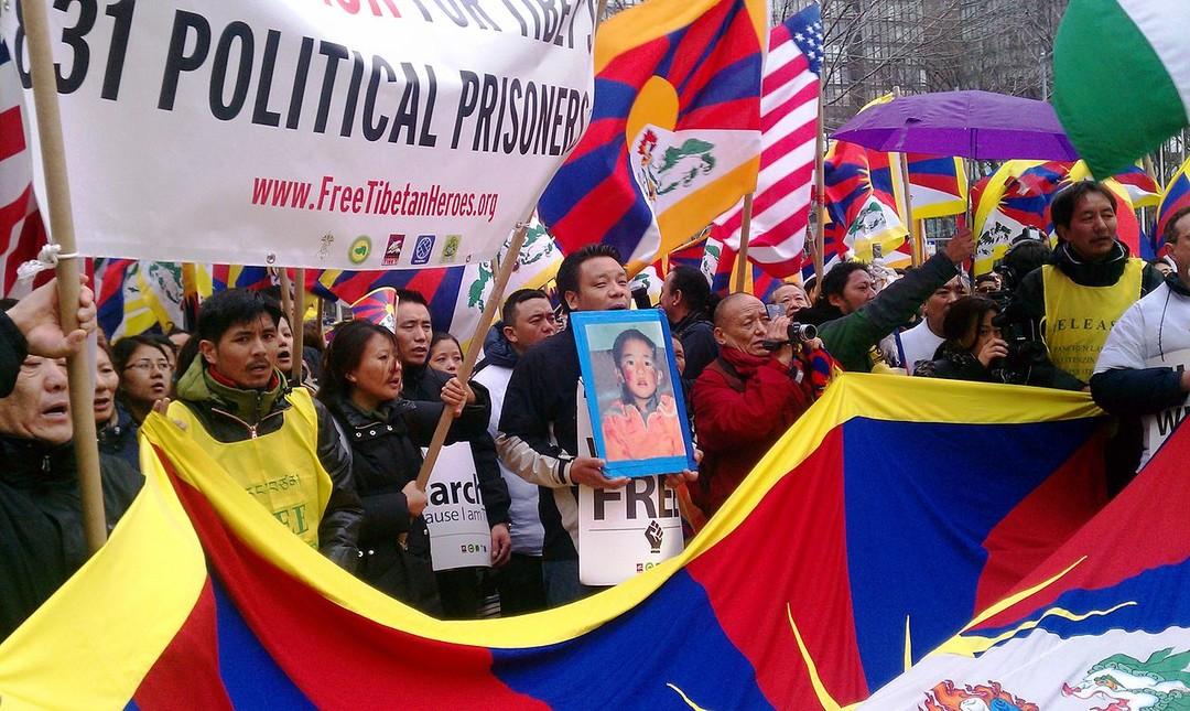 第十一世班禪喇嘛消失 25 週年,美國國務卿蓬佩奧要求中共公布他的下落。圖為西藏人於西藏人民起義日-抗暴紀念日在聯合國外抗議中國拘禁大批政治犯。
